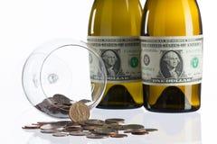 空的瓶从美金标签的酒  免版税库存照片