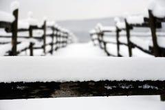 空的畜栏在一个美好的多雪的冬日 免版税库存图片
