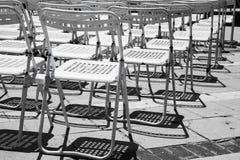 空的白合金椅子行  免版税库存图片