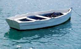 空的白色划艇被栓对船坞 免版税库存图片