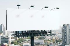 空的白色广告牌在城市 免版税库存照片