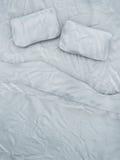 空的白色床 免版税库存图片
