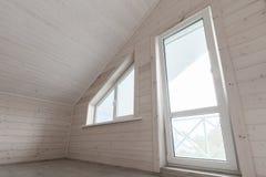 空的白色新的木房子内部 免版税库存照片