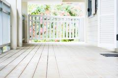 空的白色木地板和白色木壁画与蓝色 免版税库存照片