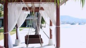 空的白色机盖摇摆或露台摇摆由海滩 图库摄影