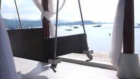 空的白色机盖摇摆或露台摇摆由海滩 库存照片