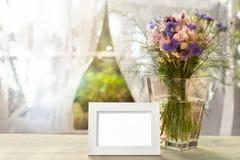 空的白色框架和花瓶有花的 库存图片