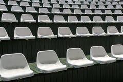 空的白色椅子行在娱乐的开放夏天大厅里 免版税库存照片