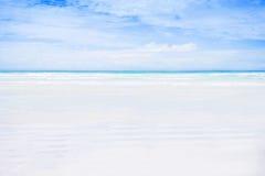 空的白色沙子海滩。 免版税库存图片