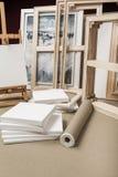 空的白色画家帆布和帆布卷和画架-画家节目 免版税库存图片
