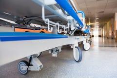 空的盖尼式床在医院走廊 免版税库存照片