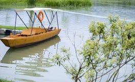 空的码头和一条小船在河 免版税库存图片
