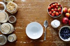 空的碗和富有的nutrious muesli禁止健康有机谷物和新鲜的季节性果子 图库摄影