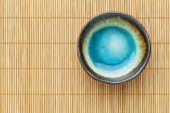 空的碗和竹子席子 库存照片