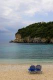 空的科孚岛海滩睡椅 免版税图库摄影