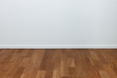 空的空白墙壁和木楼层 库存照片