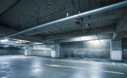 空的空间停车场内部 免版税库存照片