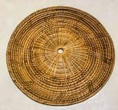 空的竹藤条在白色大理石桌背景的被编织的盘子位置字块 图库摄影