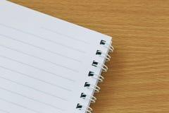 空的笔记本在一个棕色木地板被安置 库存照片