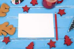 空的纸明信片和一支红色木铅笔 库存照片