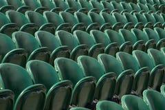 空的绿色观众`行在Wimbledon主持所有英国草地网球运动俱乐部 免版税库存图片