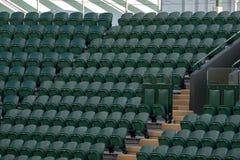 空的绿色观众`行在Wimbledon主持所有英国草地网球运动俱乐部 免版税库存照片