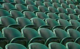 空的绿色观众`行在Wimbledon安装所有英国草地网球运动俱乐部 免版税库存照片