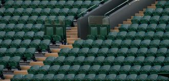 空的绿色观众`行在Wimbledon安装所有英国草地网球运动俱乐部 图库摄影