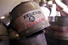 空的罐头在奥斯威辛- Pland的Zyklon B气体 库存照片