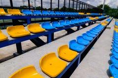 空的网球场椅子 免版税库存照片