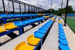 空的网球场椅子 库存图片