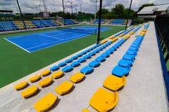 空的网球场椅子 免版税库存图片