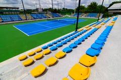 空的网球场椅子 库存照片
