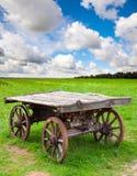 空的老农村木无盖货车在领域站立 库存图片