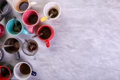 空的肮脏的咖啡杯在桌上的不同颜色 咖啡因麻醉药的概念,缺乏能量和长的等待 复制空间 库存照片