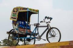 空的自行车人力车velotaxi看法在维杰亚瓦达,印度街道上的  库存图片