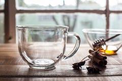 空的茶玻璃近的窗口用茴香和桂香 免版税库存图片