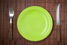 空的菜盘、刀子和叉子。 库存图片