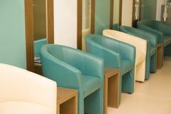 空的蓝色和象牙椅子在候诊室,大厅 选择聚焦,关闭 免版税库存照片
