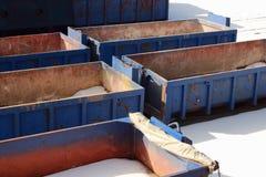 空的蓝色容器的汇集在冬天 免版税库存照片