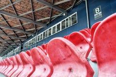 空的行供以座位体育场 免版税库存图片