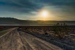 空的街道与在死亡v的太阳日落和蓝天金黄小时 免版税库存图片