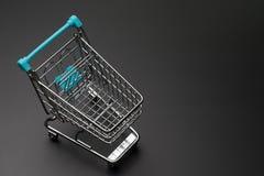 空的购物车顶视图有蓝色把柄的在深黑色b 图库摄影