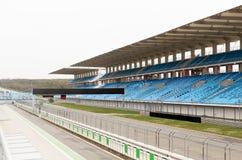 空的赛车场和漂白剂体育场的 免版税库存照片
