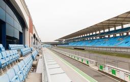 空的赛车场和漂白剂体育场的 库存照片