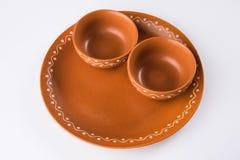 空的赤土陶器服务碗或在白色隔绝的棕色黏土汤碗 免版税库存照片