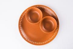 空的赤土陶器服务碗或在白色隔绝的棕色黏土汤碗 免版税库存图片