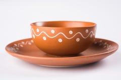 空的赤土陶器服务碗或在白色隔绝的棕色黏土汤碗 库存图片