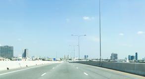 空的超级高速公路和建筑学大厦 库存图片