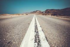 空的路向死海,沙漠街道 免版税库存照片